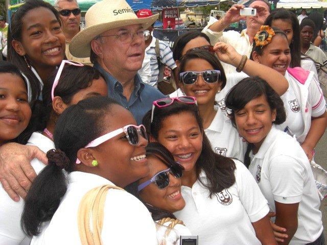 Hipolito Mejia con Jovenes.jpg
